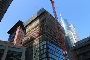 """Omniturm in Frankfurt: Die Doka-Spezialanfertigung war nötig, da die Ebenen im Residential-Bereich pro Etage um 1,35 m nach außen bzw. wieder nach innen """"springen"""". In der größten Verschiebung liegt der Residential-Bereich um insgesamt mehr als 5 m zur Grundlinie versetzt."""