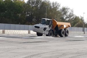 Test des knickgelenkten Muldenkippers (Articulated-Dump-Trucks).
