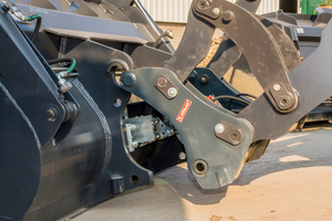 Wechsel ohne Risiko: Der Fahrer des Radladers kann den kompletten Austausch bequem und sicher von seiner Kabine aus steuern.<br />