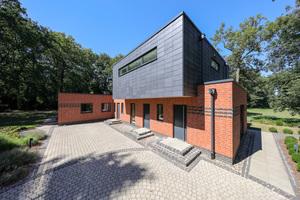 Ungewöhnliche Sanierung: Aus Winkelbungalow mit Walmdach wird ein modernes Einfamilienhaus.