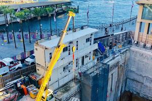 Kümmert sich um die Logistik auf der Baustelle der Opera Residence, eine der zukünftig prestigeträchtigsten Immobilie Sydneys: der Sennebogen Raupentelekran 613.