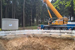 Versetzen eines unterirdischen Löschwasserbehälters: Da die Windräder von Wald umgeben sind, verlangte das Brandschutzkonzept Wassertanks.
