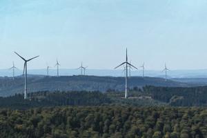Im Vordergrund die acht Anlagen des Windparks Kreuzstein im Kaufunger Wald, östlich von Kassel. Sie haben je 3 MW Leistung, sind seit 2017 in Betrieb und können 21.000 Haushalte mit einem Verbrauch von 3.000 kWh pro Jahr versorgen.