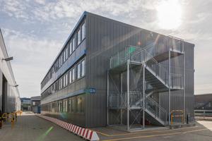 Basis des neuen temporären Bürogebäudes sind 102 fabrikneue Container der Baureihe ProEnergy.
