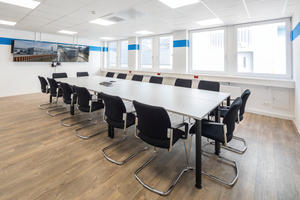 Große Fenster geben den Räumen viel Tageslicht und die in die abgehängte Decke integrierten LED-Leuchten spenden eine optimale Arbeitsplatz-beleuchtung.