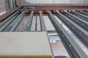 Die Knauf Cocoon-Stahlbaukonstruktion aus werkseitig verbundenen DF-Trägern wurde als Ausfachung an Stahlträgerstützen angehängt.
