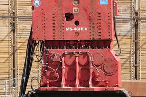 Der MS-48 HFV hat das Wabenprofil mit seiner Doppelzange fest im Griff. Durch das Greifen an zwei gegen-überliegenden Seiten wird die Kraft optimal auf das Profil verteilt.