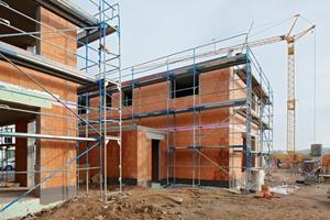Wegen des lehmigen Untergrundes waren in der ersten von drei Bauphasen Bodenverdichtungsmaßnahmen erforderlich. Anschließend begann der Bau der massiven Einzel-, Reihen- und Doppelhäuser in Bad Vilbel.