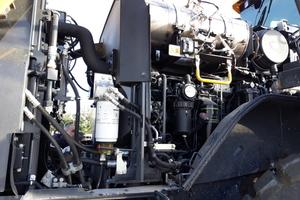 Der Motor hält die Vorgaben der Abgasnorm EU Stufe V ein und ermöglicht hohe Leistung sowie hohes Drehmoment bei niedrigeren Drehzahlen.