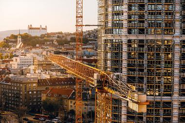 Aufgrund der hohen Axialkräfte stellte eine Kombination aus verschiedenen PERI Gerüstsystemen die optimale Lösung für die Errichtung der Fassade dar.