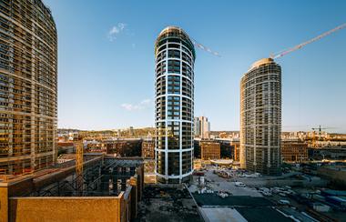 Die komplexe Planung und Konstruktion der Fassade der drei elliptischen Wohntürme mit einer Höhe von 105 Meter erfolgte in Teamarbeit zwischen PERI Slowakei und PERI Tschechische Republik.