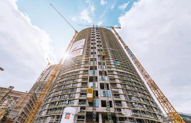 Das Großprojekt SKY PARK bildet das neue kulturelle Epizentrum Bratislavas – beim Bau der Wohnkomplexe kamen neben individuellen Gerüstlösungen auch das PERI RCS Schienenklettersystem in Kombination mit der Vario GT 24 Träger-Wandschalung zum Einsatz.<br />