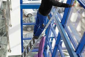 Die Stufen-Glasreinigerleiter wurde eigens für die hohen Anforderungen in diesem Arbeitsbereich entwickelt.