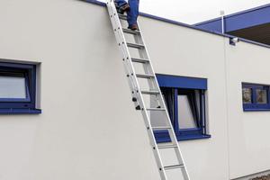 Für Arbeitssicherheit sorgt die zweiteilige Stufen-Schiebeleiter, die in Anlehnung an die Neufassung der TRBS 2121 Teil 2 entwickelt wurde.