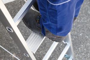 Auch Sprossenleitern können TRBS-konform genutzt werden, dazu muss der Anwender nur das Stufenmodell MaxxStep als Standstufe für alle Arbeiten in der Höhe anbringen.