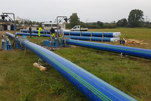 Für die Rohre wurde eine Länge von 250 Metern ermittelt. Für den über 700 Meter geplanten Einzug wurden drei Rohrstränge ausgelegt, die mittels Spiegelschweißung miteinander verbunden wurden.