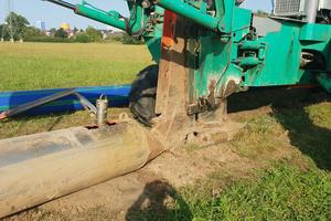 Während das klassische Pflugverfahren für die Verlegung von Rohren bis rund DN 250<br />ausgelegt ist, ermögliche eine Erweiterung des Pflugs um eine Torpedokonstruktion mit<br />Verdrängerteil auch die Verlegung größer dimensionierter Rohre.