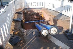"""Im Rahmen des zweiten Bauabschnitts """"Talquerung Herzogenauracher Damm"""" wurden 120 Meter PE DA 225 als Doppelleitung eingebracht."""