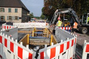 """Der zweite Bauabschnitt """"Talquerung Herzogenauracher Damm"""" erfolgte im August 2019 mittels HDD-Verfahren. Zur Einrichtung der Startgrube und zur Anbindung der Leitung an das Netz wurde es notwendig, die Verbindungsstraße komplett zu sperren."""