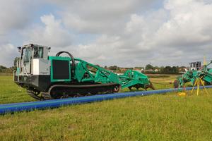 In Erlangen wurde im August 2018 im Zuge der Erweiterung des Trinkwasserversorgungsnetzes erstmalig in Deutschland eine Wasser-leitung der Dimension DA 450 im Pflugverfahren verlegt.