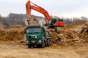 Im engen Zusammenspiel von Baggern und Lkw erfolgt der Abbau im Steinbruch.<br />