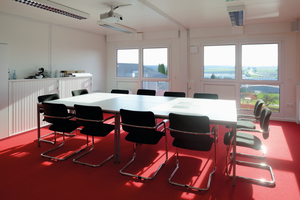 """Das Unternehmen wünschte sich eine Bürocontaineranlage, die dem markanten """"Würth-Design"""" entspricht und sich zudem gut in das Firmengelände einfügt."""