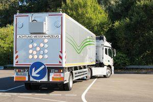 Das neue Messfahrzeug MESAS der Bundesanstalt für Straßenwesen ist 14,5 m lang und wiegt 22 t. Bei Fahrgeschwindigkeiten von bis zu 80 km/h erfasst MESAS Straßen-Zustandsparameter mit hoher Präzision.