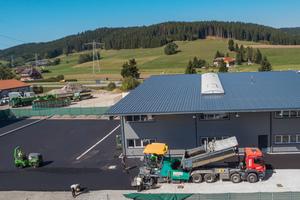Einbau einer Asphaltfläche auf einem Betriebsgelände im Schwarzwald: Das erfahrene Einbauteam fertigte mit der Ausziehbohle AB 500 TV ein komplexes trichterförmiges Einbauprofil.