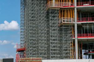 Der Einsatz von Peri Up Flex half, die komplexe Gebäudestruktur zu realisieren. Dank der Wandschalung Vario GT 24 wurde zudem eine hohe Sichtbetonqualität erzielt.