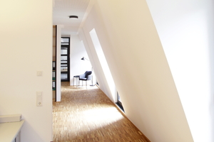 """Bei der Innenraumplanung findet sich die Grundform des Neubaus wieder. Der """"WS07 Coriso""""-Mauerziegel leistet einen hohen Schallschutz und schirmt die Innenräume effektiv vor Außenlärm ab."""