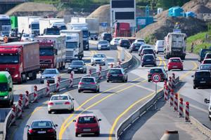 Gerade bei hohen dynamischen Belastungen – wie bei Mittelstreifenüberfahrten – ist eine monolithische, robuste Bauweise gefragt.