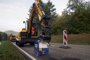 Mit einer Flächenfräse Kemroc EX30 HD am 6 t Bagger entfernt die Straßenmeisterei Gernsbach flächenhafte Schadstellen an Asphaltstraßen.