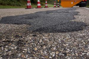 Flickarbeiten mit Kaltasphalt sind gemäß ZTV BEA-StB lediglich zur kurzfristigen Wiederherstellung der Verkehrssicherheit geeignet.