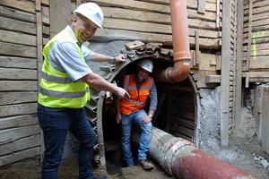 Auch ein weiteres Funke-Produkt kam in Bochum zur Anwendung: Um die neue Abwasserleitung mit dem vorhandenen Betonschacht zu verbinden, wurde das Verbindungsrohr mit einer VPC-Rohrkupplung verbunden. Funke-Fachberater Ralf Börmann (l) freut sich darüber, dass die Produkte wegen ihres einfachen Handlings bei Dirk Müller von Weitz & Co. GmbH (r) so gut ankamen.