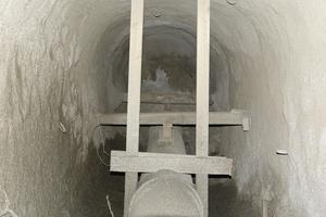 Die Sicherung des linksgelegenen Stollens für die Verlegung des Stichkanals aus HS-Kanalrohren DN/OD 315 erfolgte mit Spritzbeton. Auch hier wurde die Rohrleitung mit der Holzrahmenkonstruktion gegen Auftrieb während der Ringraumverfüllung gesichert.
