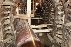 Der leichte Knick in der Linienführung ließ sich mit einem Formstück aus dem Kanalrohrsystem-Programm gut umsetzen. Die Holzrahmenkonstruktion sicherte die Rohrleitung während der abschließenden Ringraumverfüllung gegen Auftrieb.