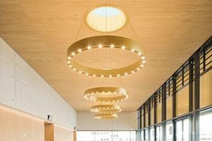 Im Foyer verbinden sich Sichtbeton, Holz und Glas zu einem stilvollen Raumgefüge.