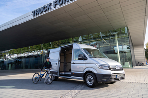 Der Fuhrparkleiter der SWM kam konsequent emissionsfrei mit dem Fahrrad zu Auslieferung des MAN eTGE.