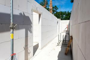 Das Bauunternehmen setzt auf die bewährte Kombination aus Porenbeton für die Außenwand und Kalksandstein für die Innenwände.