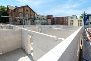 Die Raumhöhen eines 2004 erstellten Gebäudes mit 30 Pflegeplätzen – rechts im Bild – gaben vor, wie der Neubau anzuschließen ist.