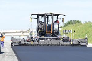 Mit Einbaubreiten von bis zu 13 Metern kann der P8820D ABG mit einer Reihe von branchenführenden Bohlen ausgestattet werden, die für die unterschiedlichsten Materialien geeignet sind.