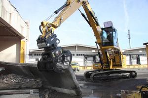 Mit dem Cat 330MH lassen sich Sortierarbeiten übernehmen, wie sie für den Rückbau auf dem ehemaligen Grundig-Areal anstehen.
