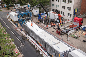 Bremens größter Schlauch: Einbau eines Synthesefaserliners (Länge 130 Meter, Durchmesser 2,20 Meter, Dicke 5 Zentimeter). Der Koloss mit seinen etwa 140 Tonnen kam mittels Schwerlasttransporter auf die Baustelle.