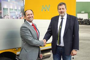 Schwarzmüller-CEO Roland Hartwig (l.) und der Geschäftsführer von Hüffermann, Stephan von Schwander, gaben die Übernahme des deutschen Premiumherstellers durch die österreichische Unternehmensgruppe bekannt.