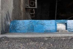 Ist das Harz ausgehärtet, kann die Folie wieder entfernt und überschüssiges Material abgeschnitten werden.<br />