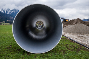 Die Flowite Grey Rohre DN 1800 mit einer Länge von je 12 Meter wurden neben der Leitungs-trasse bis zum Einbau gelagert.
