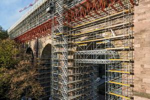 Für die komplexe Brückeneinrüstung ließen sich Peri Up Flex, Peri Up Easy und Variokit ideal kombinieren.