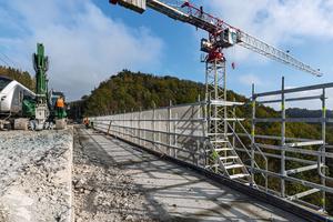 Die aufwändigen Sanierungsarbeiten am Gleistragwerk in 40 Meter Höhe finden wechselseitig bei Aufrechterhaltung des Zugverkehrs statt.