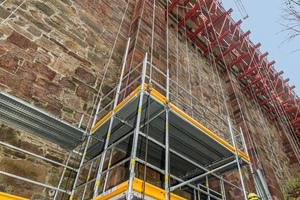 In den Hangbereichen wurde mangels Gründungsmöglichkeiten das Peri Up Easy Fassadengerüst als Hänge-gerüst ausgeführt.