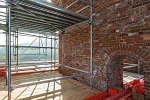 Das projektspezifisch maßgeschneiderte Tragwerk innerhalb der jeweils 3,50 m spannenden Brückengewölbe wird mit mietbaren Variokit-Systembauteilen gebildet.